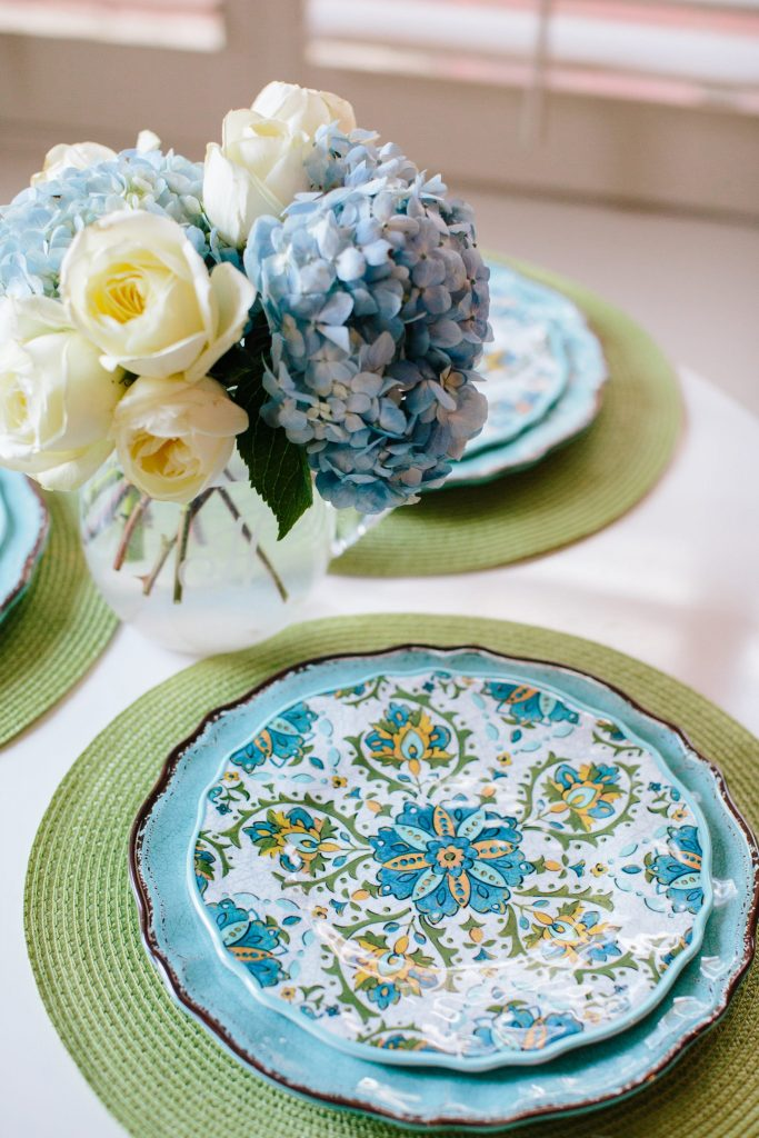 summer tablescape | summer table setting | blue hydrangea centerpiece