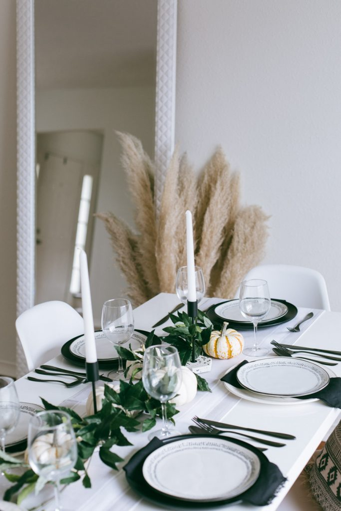 simple and chic Thanksgiving table setup